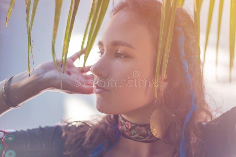 Jong mooi sensueel donkerbruin meisje, schoonheids en aardconcept stock foto's