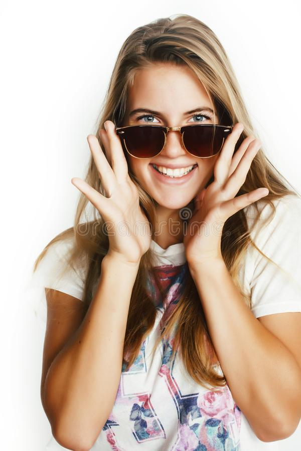 Jong mooi tiener blond meisje die vrolijk stellen geïsoleerd op witte achtergrond die zonnebril, het concept van levensstijlmense stock foto