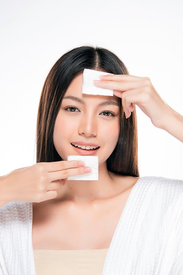 Jong mooi vrouwen schoonmakend gezicht door katoen royalty-vrije stock afbeelding