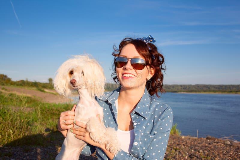 Jong mooi vrouwenmeisje op achtergrond van zonnebloemgebied royalty-vrije stock foto's