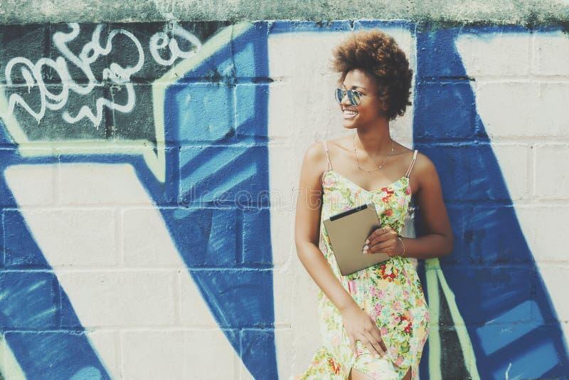 Jong mooi zwart Braziliaans meisje met digitale tablet stock afbeelding