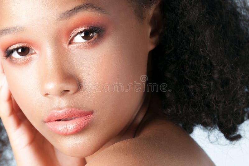Jong mooi zwart meisje met schoon perfect huidclose-up stock afbeelding