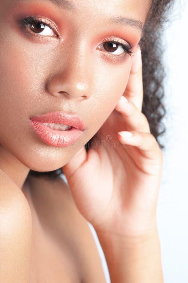 Jong mooi zwart meisje met schoon perfect huidclose-up stock foto
