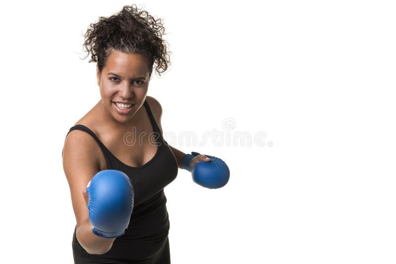 Jong mooi zwarte die met blauwe bokshandschoenen ISO uitwerken stock foto
