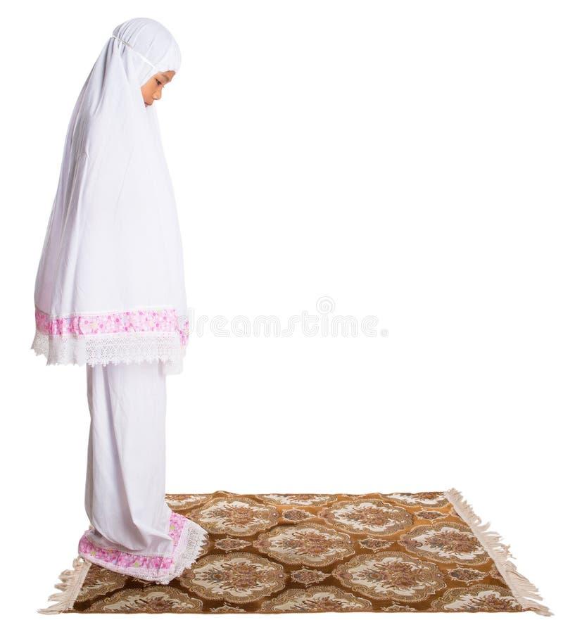 Jong Moslimmeisje die I bidden stock foto's