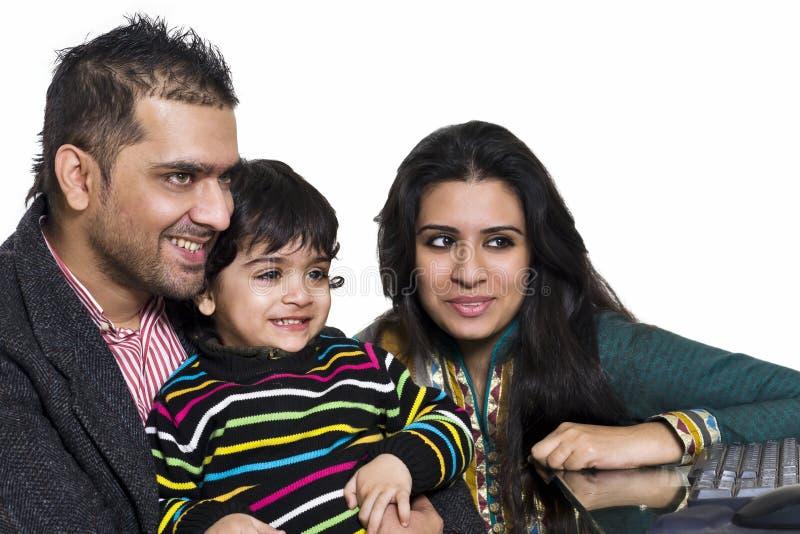 Jong multi etnisch paar dat met hun zoon geniet van royalty-vrije stock afbeelding
