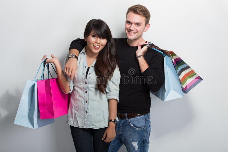 Jong multicultureel paar die samen winkelen royalty-vrije stock foto
