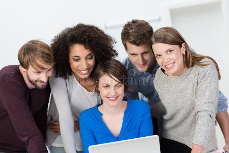 Jong multiethnis commercieel team die samenwerken stock afbeelding