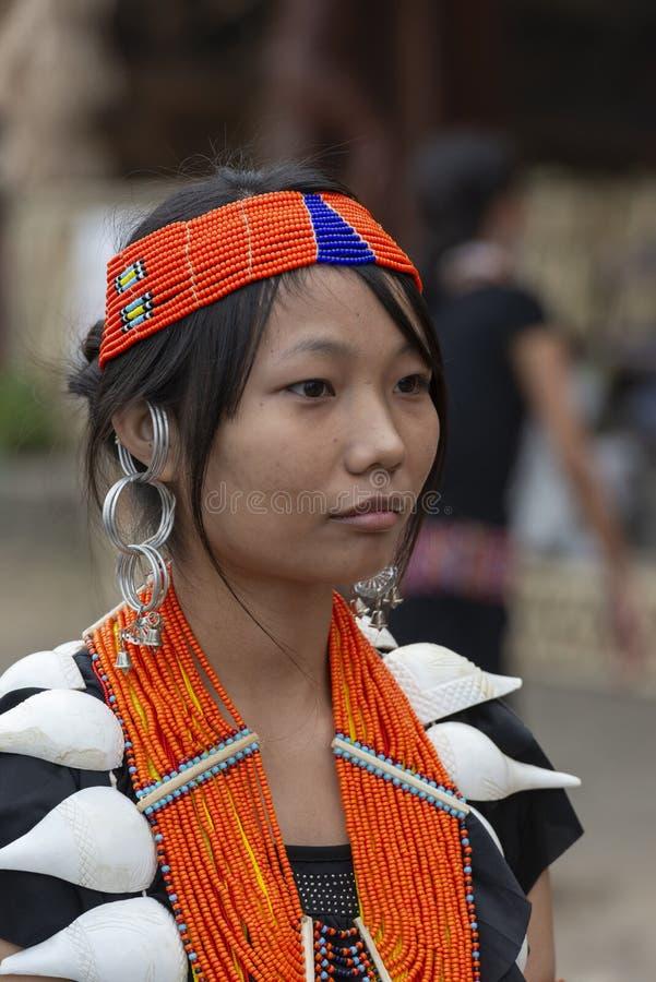 Jong Naga-Meisjesportret bij Hornbill-festival, Kohima, Nagaland, India op 1 December 2013 stock foto