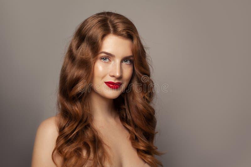 Jong natuurlijk vrouwen helder portret stock afbeelding