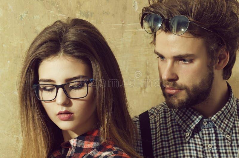 Jong nerdpaar van studenten in geekglazen stock foto's