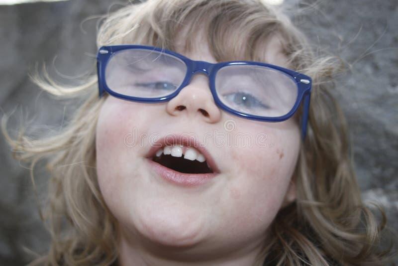 Jong nerdy meisje met glazen op de leeftijd van 3-5, blondehaar, blauwe ogen Kleuterportretten royalty-vrije stock foto's