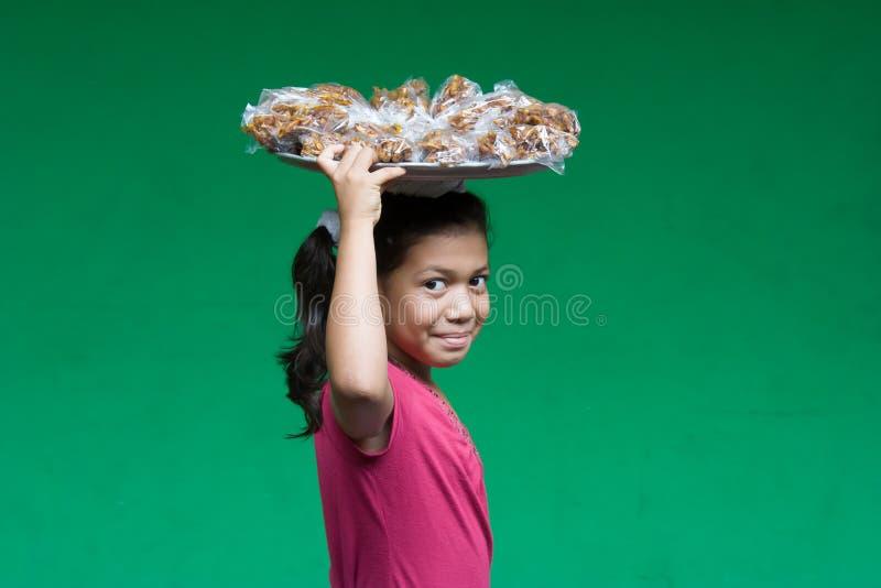 Jong nicaraguan meisjes dragend voedsel op hethoofd stock afbeelding