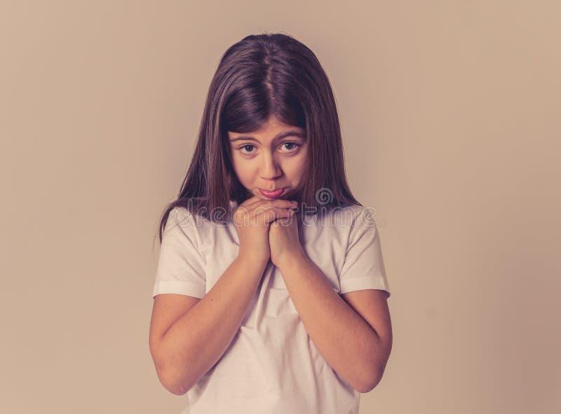 Jong ongelukkig meisje die leuke droevige gelaatsuitdrukking maken stock afbeeldingen