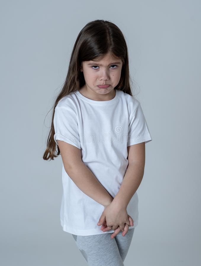 Jong ongelukkig meisje die leuke droevige gelaatsuitdrukking maken royalty-vrije stock fotografie