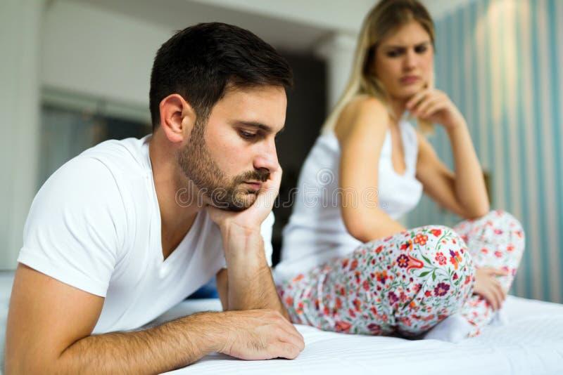 Jong ongelukkig paar die problemen in verhouding hebben stock afbeelding