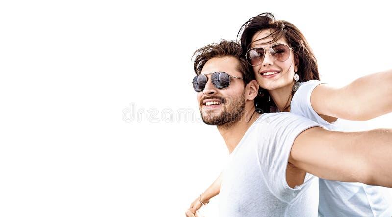 Download Jong, Ontspannen Paar Die Op Een Zonsondergang Letten Stock Afbeelding - Afbeelding bestaande uit vakantie, hairstyle: 107700029