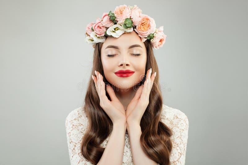 Jong Ontspannend ModelWoman met Duidelijke Huid, Krullend Haar, Make-up, Manicured-Handen en het Portret van de Lentebloemen Skin stock afbeeldingen