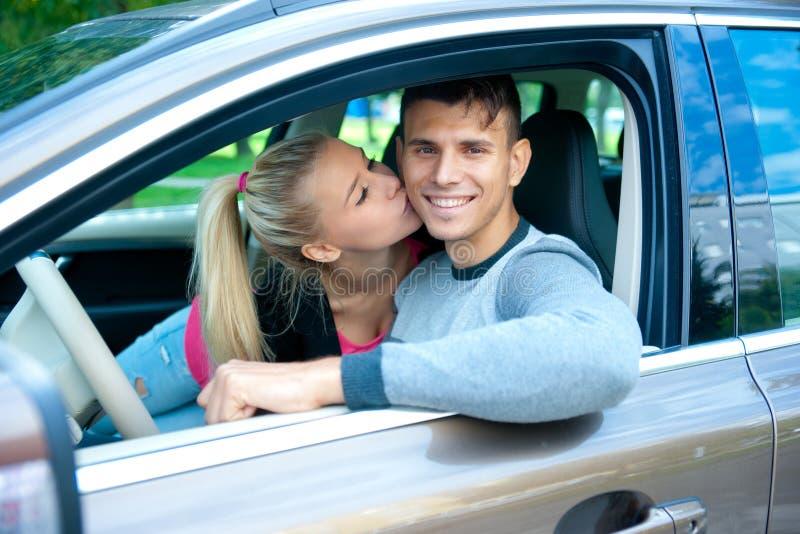 Jong paar in auto royalty-vrije stock fotografie