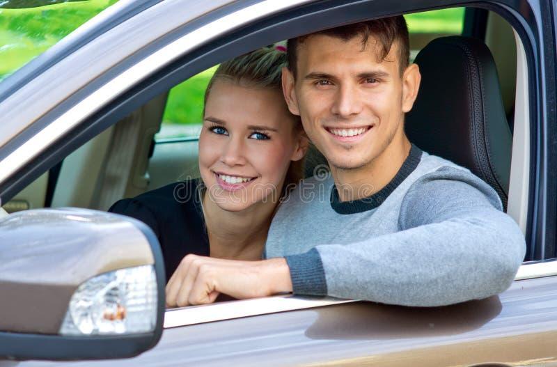 Jong paar in auto royalty-vrije stock afbeeldingen