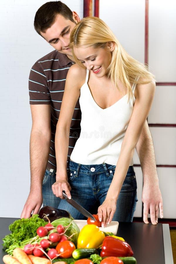 Jong paar bij de keuken stock afbeeldingen