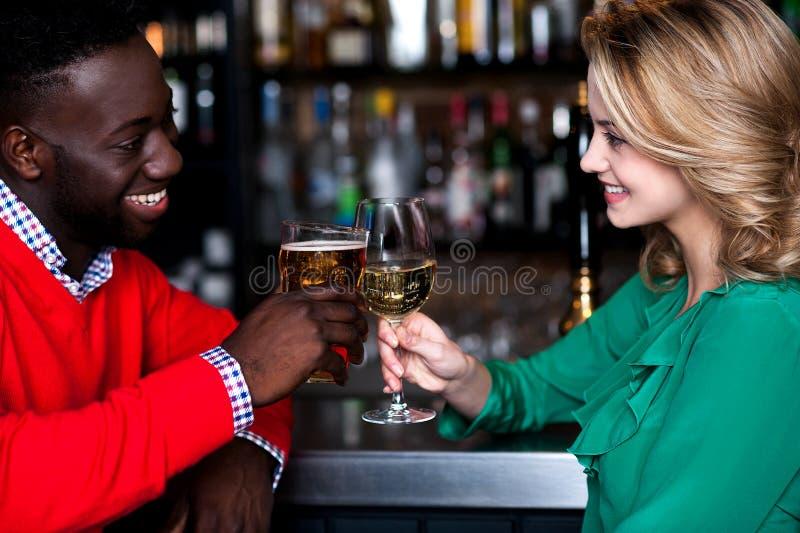 Jong paar bij een bar het vieren liefde royalty-vrije stock afbeelding
