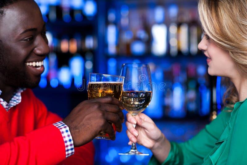 Jong paar bij een bar het vieren liefde royalty-vrije stock fotografie