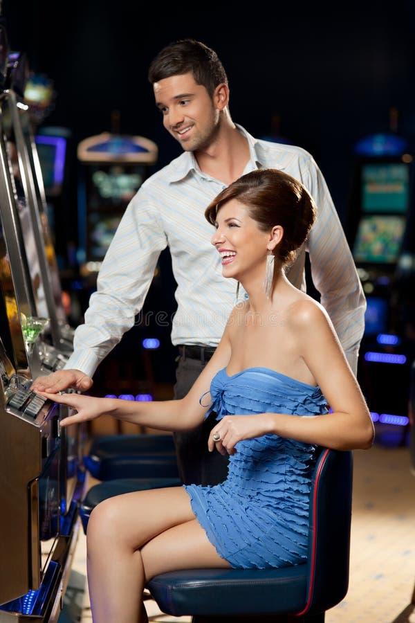 Jong paar bij het casino stock afbeeldingen