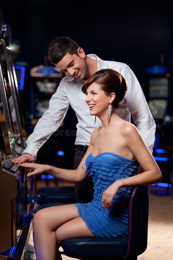 Jong paar bij het casino stock fotografie