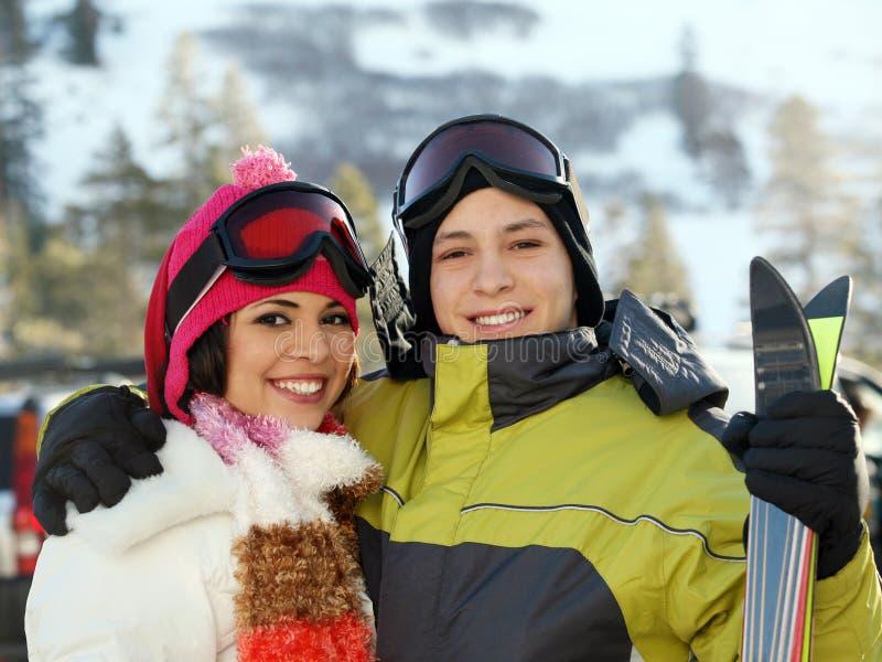 Jong paar bij het skiån toevlucht stock afbeeldingen