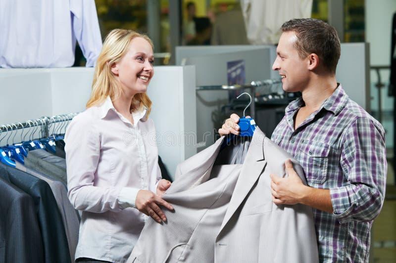 Jong paar bij kleren het winkelen stock foto