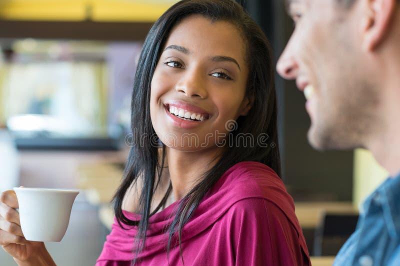 Jong paar bij koffiebar stock foto's