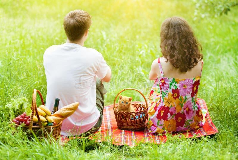 Jong paar bij picknick stock fotografie