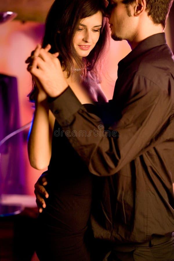 Jong paar dat bij het restaurant danst stock foto's