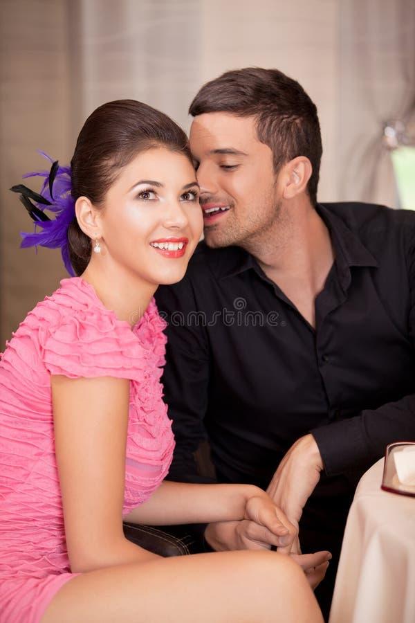 Jong paar dat bij restaurantlijst flirt stock foto's