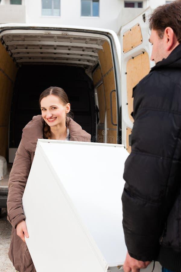 Jong paar dat een bewegende vrachtwagen laadt royalty-vrije stock foto's
