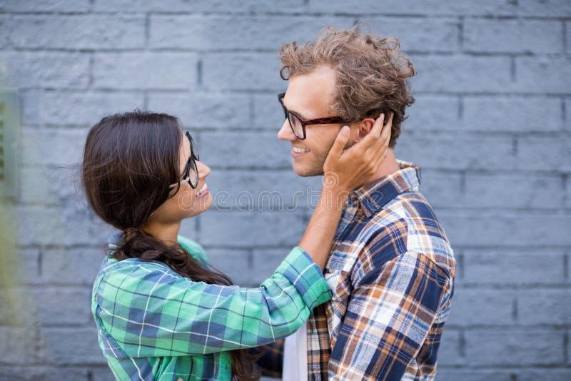 Jong paar dat elkaar omhelst Zeer sensueel beeld stock afbeelding