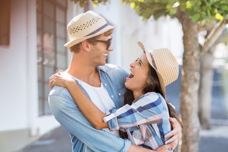 Jong paar dat elkaar omhelst Zeer sensueel beeld royalty-vrije stock foto's
