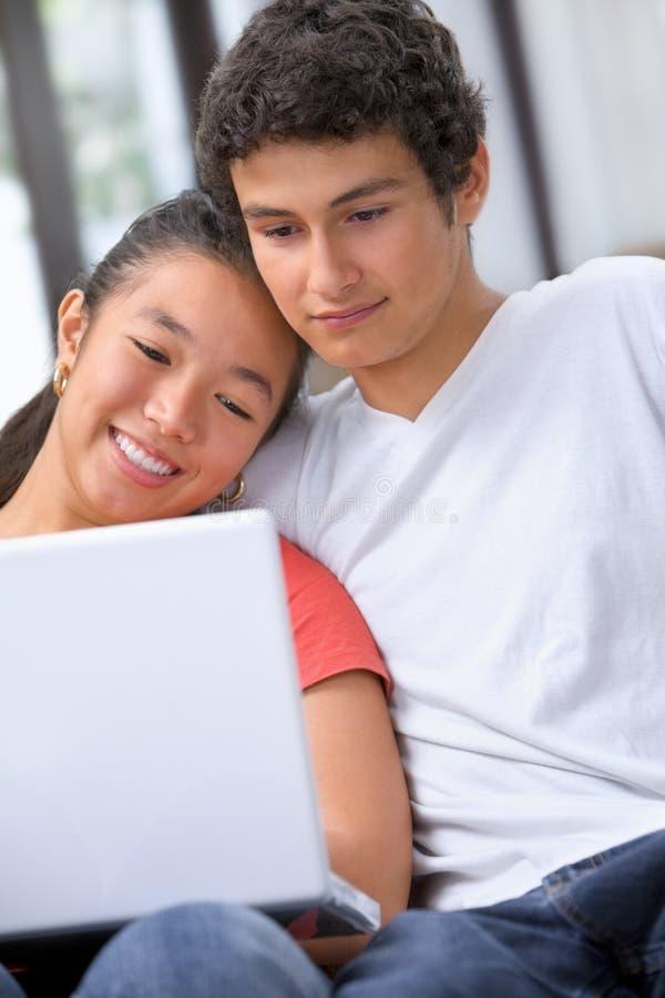 Jong paar dat laptop met behulp van royalty-vrije stock foto