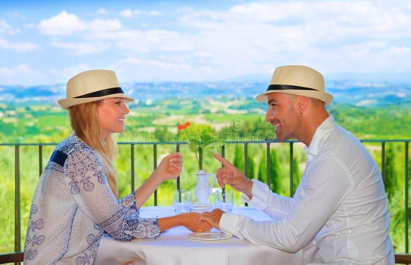 Jong paar dat ontbijt heeft royalty-vrije stock fotografie