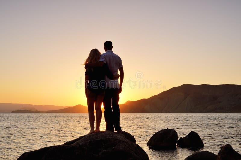 Jong paar dat op de zon let stock fotografie