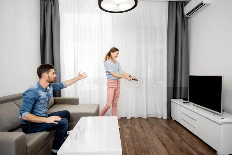 Jong paar dat op TV thuis let stock afbeeldingen