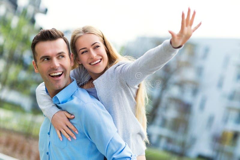 Jong paar dat in openlucht glimlacht royalty-vrije stock foto's