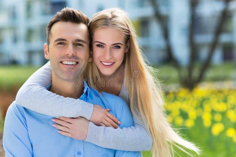 Jong paar dat in openlucht glimlacht royalty-vrije stock fotografie
