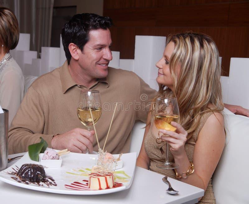 Jong paar dat van dessert in een rust geniet stock fotografie