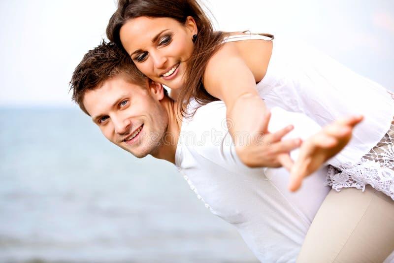 Jong Paar dat van Hun Vakantie van de Zomer geniet stock foto's