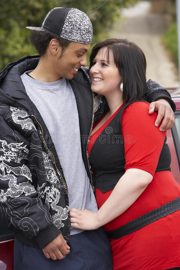 Jong Paar dat zich naast Auto bevindt stock foto's