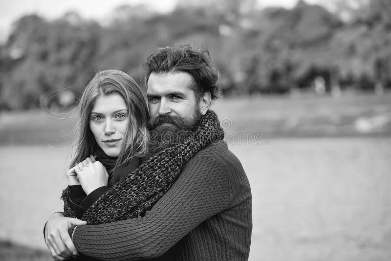 Jong paar in de herfstpark royalty-vrije stock fotografie