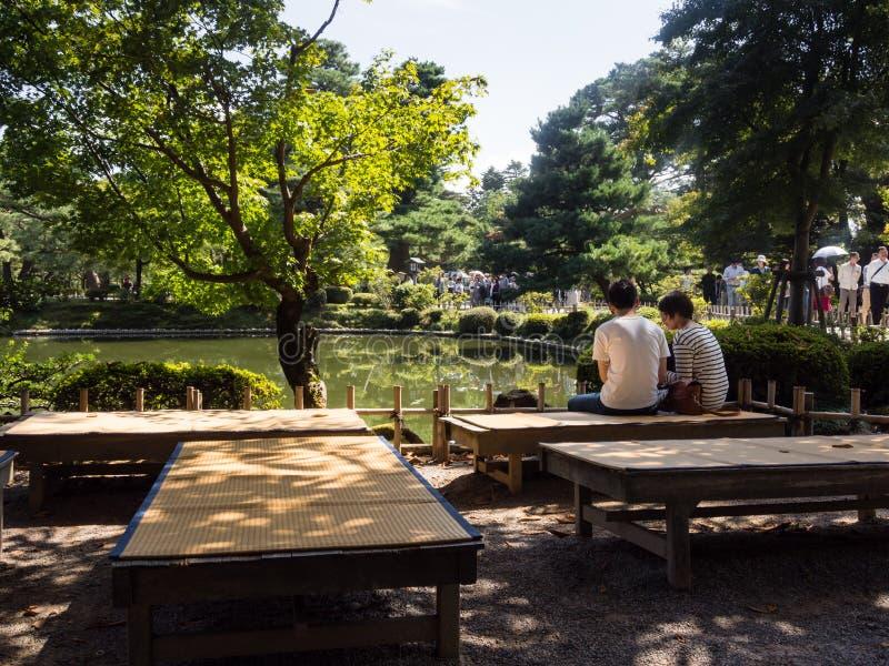 Jong paar in de Japanse tuin van Kenrokuen royalty-vrije stock fotografie