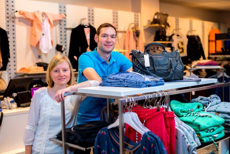 Jong paar in de klerenwinkel royalty-vrije stock foto